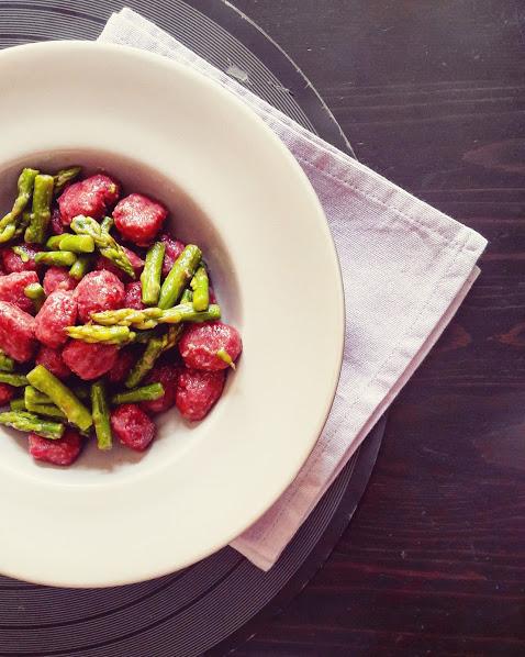 Gnocchi di barbabietola, asparago verde e Pecorino toscano