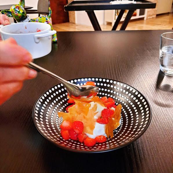 Yogurt, zabaione ghiacciato, fragole  Angelo Sabatelli Ristorante a Putignano.  Crediti fotografici: Manuela Di Luccio