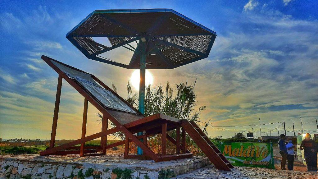 """Turismo lento nel Salento: la sedia sdraio gigantesca della spiaggia """"Maldive del Salento"""""""